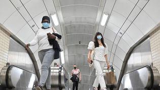 Des passagers sortant du métro de Londres. (JUSTIN TALLIS / AFP)