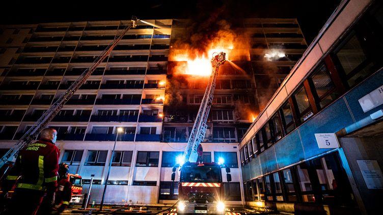 Le feu s'étendu sur dix étages. (SYLVIA BOREL / BSPP)