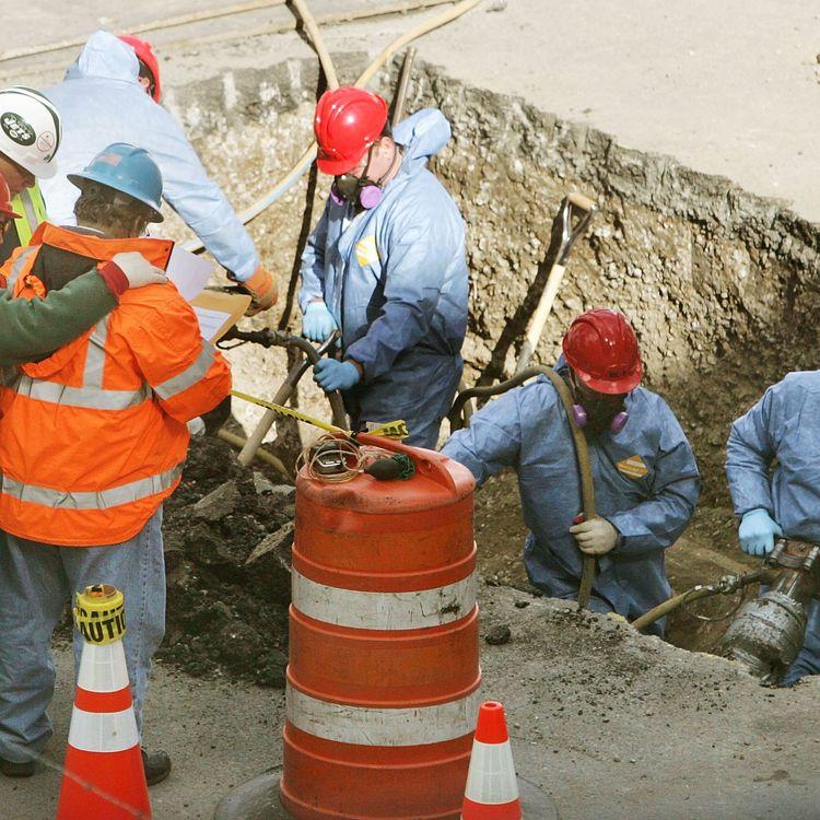 Une opération de recherches sur le site du World Trade Center, en octobre 2006. (MARIO TAMA / GETTY IMAGES NORTH AMERICA)