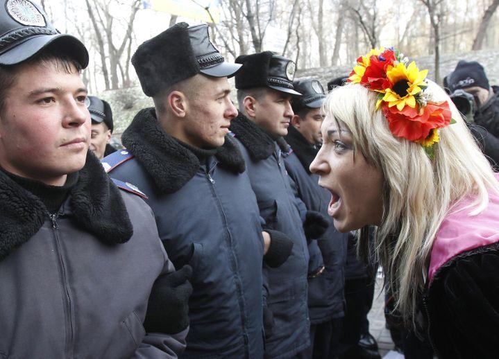 La cofondatrice des Femen, Inna Schevchenko, manifeste à Kiev (Ukraine), le 13 décembre 2010. (GLEB GARANICH / REUTERS)