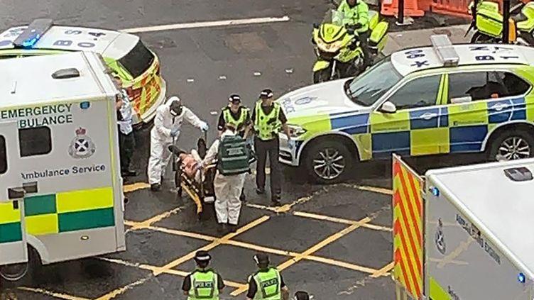 Un témoin a pris cette photo des secours, vendredi 26 juin 2020 à Glasgow (Royaume-Uni), où une opération de police d'ampleur a été menée. (MILROY1717 / TWITTER / REUTERS)
