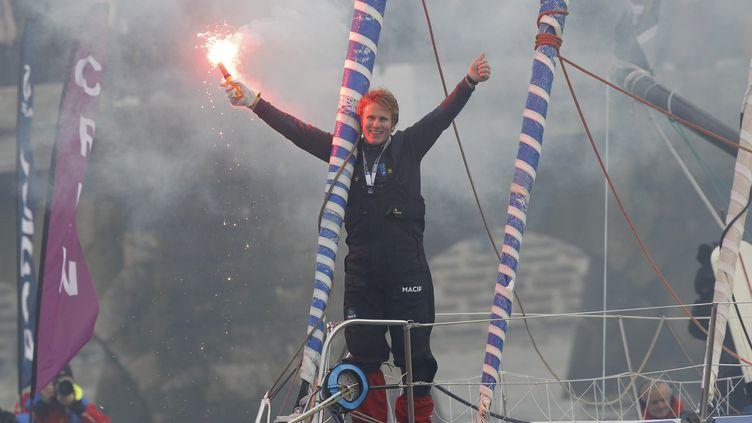 François Gabart fête son arrivée aux Sables d'Olonne, dimanche 27 janvier 2013. (STEPHANE MAHE / REUTERS)