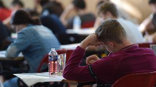 Un lycéen planche sur l'épreuve de philosophie du baccalauréat, le 17 juin 2019 à Strasbourg (Bas-Rhin). (FREDERICK FLORIN / AFP)