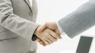 Un homme et une femme se serrent la main. (MAXPPP)