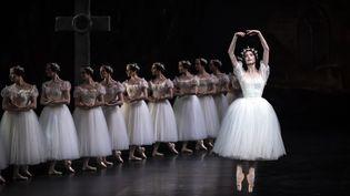 """Des danseuses de l'Opéra de Paris au Palais Garnier, lors d'une représentation de """"Giselle"""" en 2020. (LIONEL BONAVENTURE / AFP)"""