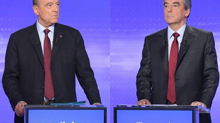 Alain Juppé et François Fillon, les deux finalistes de la primaire de la droite. (CHRISTOPHE ARCHAMBAULT / AFP)