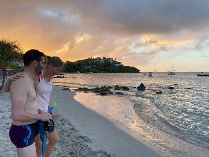 Céline et Julien, à la page de la Pointe du Bout (Martinique), le 24 décembre 2020.  (BORIS LOUMAGNE / RADIO FRANCE)
