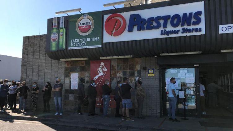 File d'attente devant un magasin de spiritueux de Port-Elizabeth en Afrique du Sud, le 25 août 2020. La panique s'est emparée des consommateurs suite à une rumeur annonçant le retour de l'interdiction de la vente d'alcool. (Herald Live)