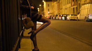 Une prostituée dans les rues de Reims (Champagne-Ardenne). (REMI WAFFLART / MAXPPP)