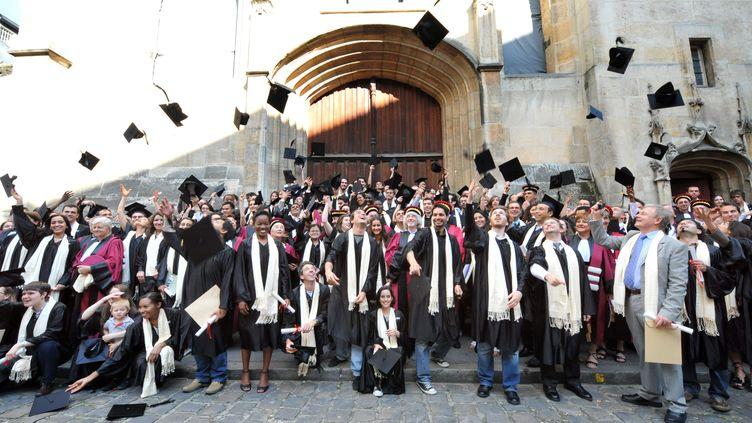 Des docteurs diplômés de l'université Pierre et Marie Curie fêtent leurs diplômes le 13 juin 2009 à Paris. (MIGUEL MEDINA / AFP)