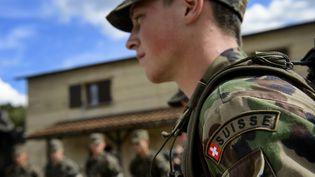 Un aspirant officier de l'armée suisse lors d'un entraînement près de Genève (Suisse), le 19 septembre 2013. (FABRICE COFFRINI / AFP)