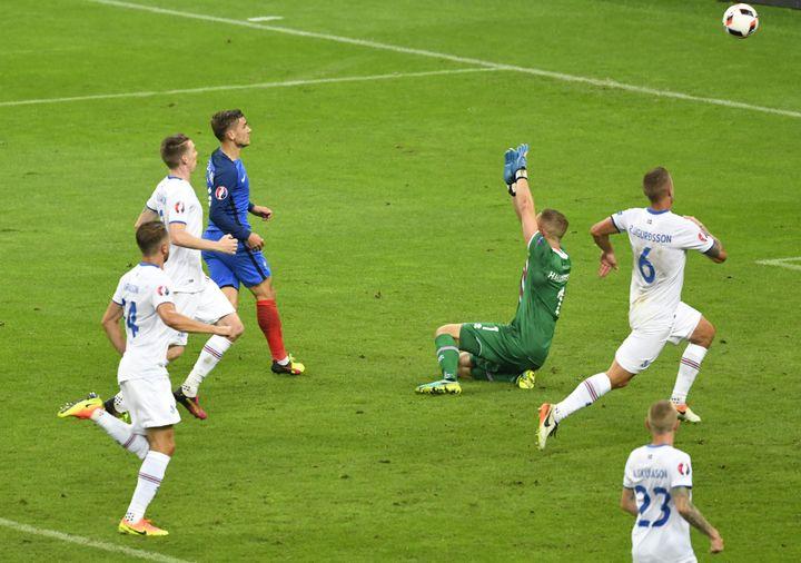 Antoine Griezmann lobe le gardien islandais