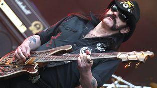 Lemmy Kilmister, leader du groupe Motörhead, lors de son concert aux Eurockéennes de Belfort, le 2 juillet 2011. (LIONEL VADAM / MAXPPP)