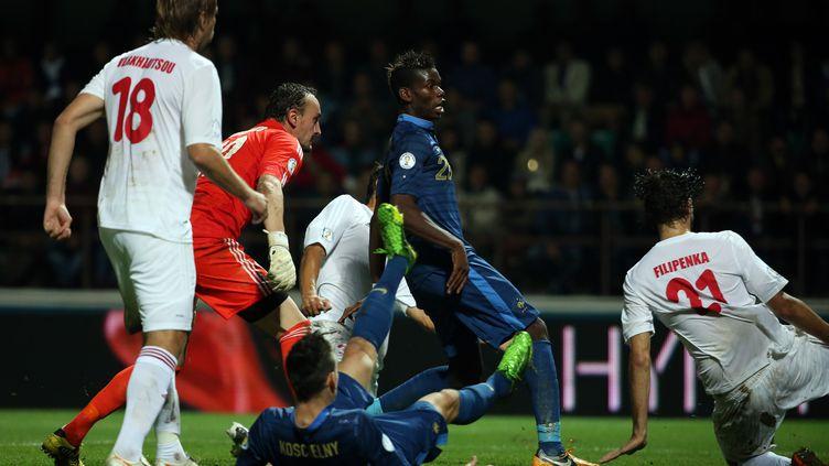 En 2013, Paul Pogba ouvrait son compteur de but avec les Bleus face à la Biélorussie. Comme la sélection, lui aussi a changé de statut.  (FRANCK FIFE / AFP)