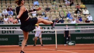 Aryna Sabalenka a été sortie du tournoi de Roland-Garros au troisième tour par la RusseAnastasia Pavlyuchenkova, vendredi 4 juin. (MARTIN BUREAU / AFP)