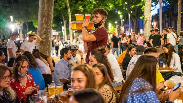 Des jeunes en terrasse, le 25 juin 2021 à Toulouse. (JEAN-MARC BARRERE / HANS LUCAS / AFP)