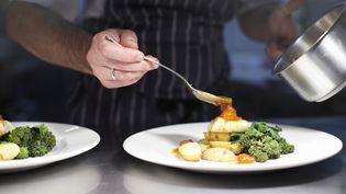 """""""Menaces sur la gastronomie française"""", le livre de Christine et Patrice Van Ackere, analyse l'ensemble des facteurs qui pèsent sur l'avenirde ce secteur en France. (Illustration) (GETTY IMAGES / CULTURA RF)"""