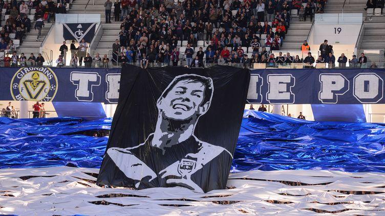 Les supporters de Bordeaux (Gironde) brandissent unebannière en hommage à Emiliano Sala, le 17 février 2019. (NICOLAS TUCAT / AFP)