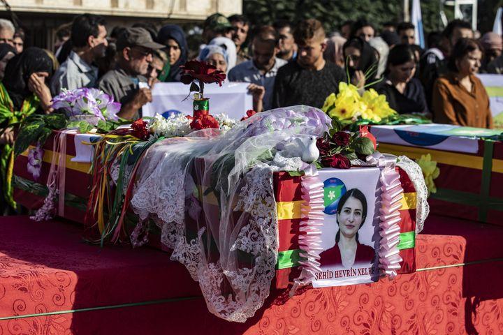 De nombreux civils assistent à l'enterrement d'Hevrin Khalaf, chef d'un parti pro-kurdes exécutée le 12 octobre 2019. (DELIL SOULEIMAN / AFP)