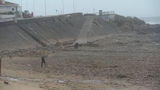 LE 06 01 2014 ; Les fortes pluies et le vent ont fait partir le sable de la plage des Sables d'Olonne, ici sur la plage de Tanchet (MAXPPP)