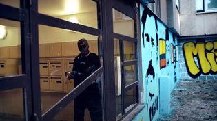 """Capture d'écran duclip de """"Chicagre"""", de Corbak Hood, tourné dans le quartier du Mistral, à Grenoble. (CORBAK HOOD / YOUTUBE)"""
