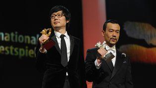 Le réalisateur Diao Yinan, Ours d'or pour le meilleur film, et l'acteur Liao Fan, Ours d'argent du meilleur interprète, le 15 février 2014 à la Berlinale  (Erbil Basay / Anadolu Agency / AFP)