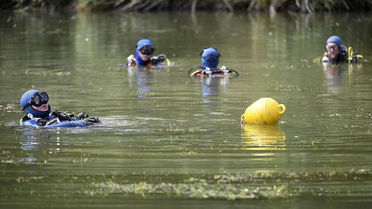 Des gendarmes recherchent la petite Maëlys dans un étang près de Pont-de-Beauvoisin (Savoie), le 30 août 2017. (PHILIPPE DESMAZES / AFP)