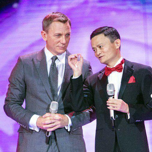 """L'acteur Daniel Craig et Jack Ma au lancement de la """"journée des célibataires"""" (STR / AFP)"""