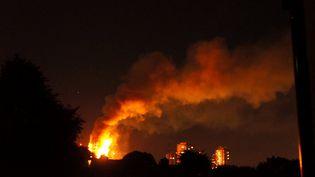 Les pompiers ont été appelés vers 1h15 du matin sur l'incendie dans cette tour dont la construction date de 1974, mercredi 14 mai. (JONATHAN KELLY / AFP)