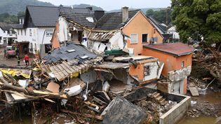 La force de l'eau a été telle que plusieurs maisons n'ont pas résisté au passage des inondations, comme celle-ci dans le village de Schuld, enRhénanie-Palatinat (Allemagne) où les secours constatent les dégâts, le 16 juillet 2021. (CHRISTOF STACHE / AFP)