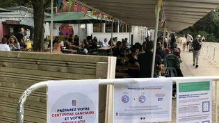 Le bar Rosa Bonheur, à Paris, impose la présentation du pass sanitaire, avant l'entrée en vigueur de la loi l'imposant à l'entrée des cafés, bars et restaurants, prévue le 9 août. (NOEMIE BONNIN / RADIO FRANCE)