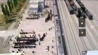 Des Ouïghours en train d'être dirigés vers des trains pour aller dans des camps filmés par un drone en Chine (FRANCEINFO)