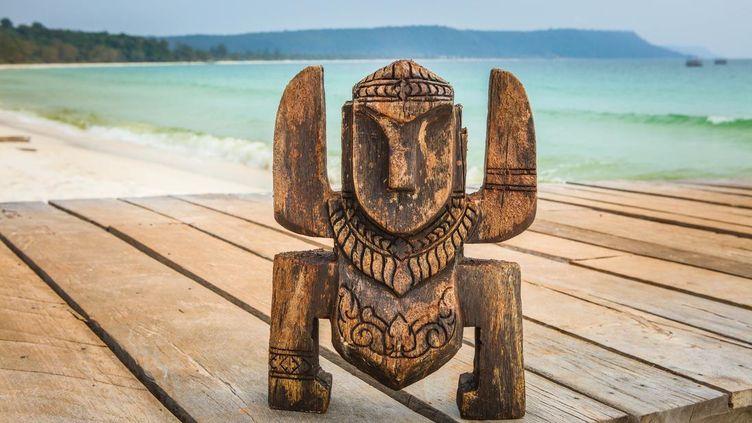 """Un totem de l'émission """"Koh-Lanta"""" sur une plage de Thaïlande. (PHILIPPE LE ROUX / ALP / STARFACE / TF1)"""