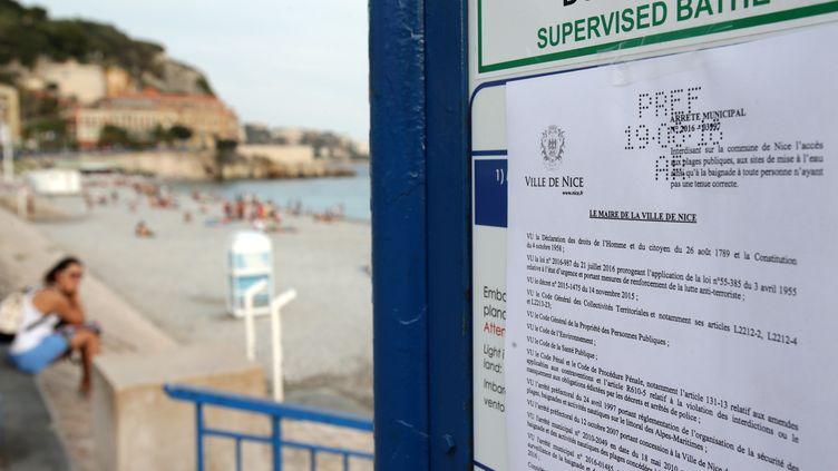 L'arrêté anti-burkini adopté par la municipalité de Nice (Alpes-Maritimes), affiché à l'entrée d'une plage le 19 août 2016. (JEAN CHRISTOPHE MAGNENET / AFP)