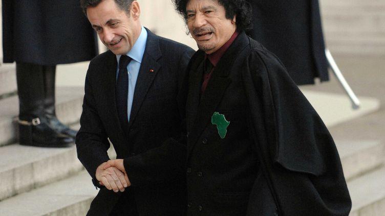 L'ancien président français Nicolas Sarkozy serre la main de Mouammar Kadhafi, le 12 décembre 2007 devant l'Elysée, à Paris. (STEVENS FREDERIC / SIPA)