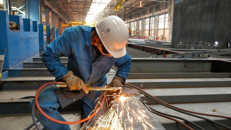 L'industrie française manque de soudeurs, mais aussi de chaudronniers et de robinetiers. (AFP / ALAIN LE BOT / PHOTONONSTOP)