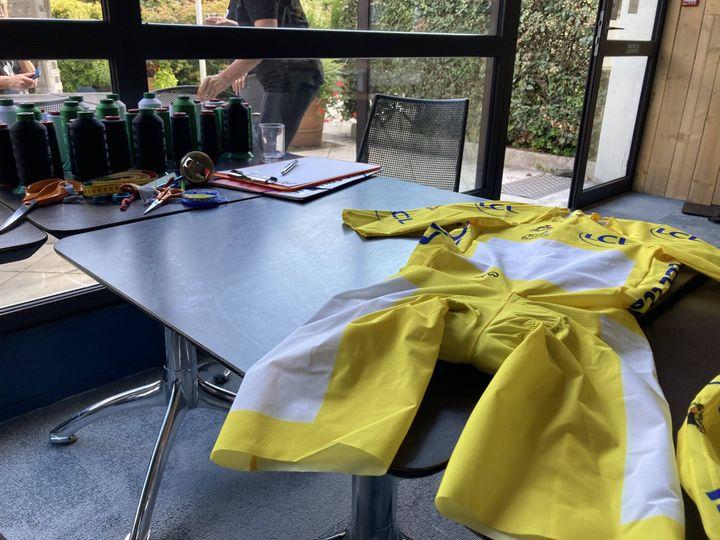 Au second plan, les bobines de fil prêtes à en découdre avec la combinaison sur mesure du maillot jaune. (AH)