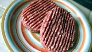 Un contrôle a mis en évidence la présence d'Escherichia coli O103:H2 dans de la viande de veau hachée Jean Rozé, chez Intermarché, vendue en barquettes de 2 fois 100 g, portant le numéro de lot A72660007. (MAXPPP)