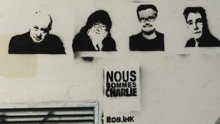 Pochoir représentant les dessinateurs sur le mur des bureaux du journal Charlie Hebdo à Paris, rue Nicolas Appert, en avril 2015  (WINFRIED ROTHERMEL / PICTURE ALLIANCE / PICTURE-ALLIANCE/AFP)