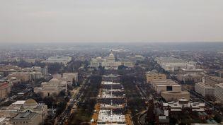 La foule réunie sur le National Mall, à Washington, pour assister à la cérémonie d'investiture du nouveau président des Etats-Unis, Donald Trump, le 20 janvier 2017. (LUCAS JACKSON / REUTERS)