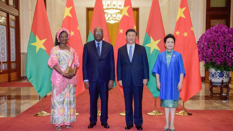 Le président burkinabè Christian Kabore et sa femme reçus à Pékinpar le président Xi Jinping et son épouse. Le Burkina a été l'un des derniers pays africains à rompre ses relations diplomatiques avec Taïwan (en 2018). Photo prise le 31 août 2018. (LI XUEREN / XINHUA / Xinhua via AFP)