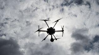 Un drone en plein ciel. (YE AUNG THU / AFP)