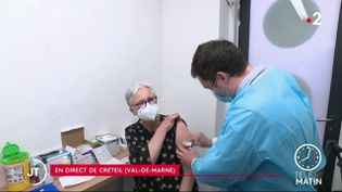 Un pharmacien réalisant une injection contre le Covid-19. (France 2)