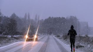 Un coureur brave le temps neigeux dans le Valenciennois (Nord), le 10 décembre 2017. (MAXPPP)