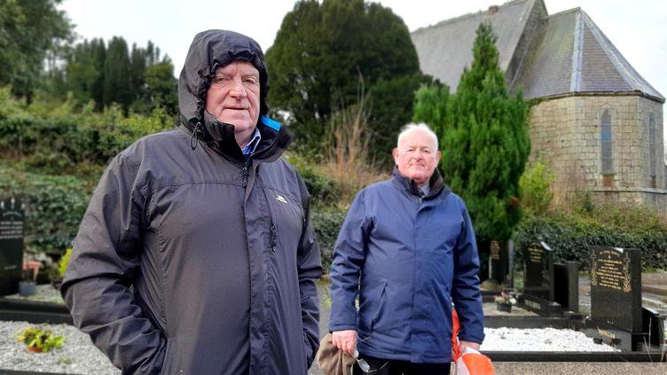 Declan Fearon et James Mc Donald, deux Nord-irlandais inquiets face au Brexit. (Valentin Dunate)