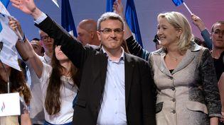 Aymeric Chauprade (G.) et Marine Le Pen, lors d'un meeting à Paris, le 18 mai 2014. (PIERRE ANDRIEU / AFP)