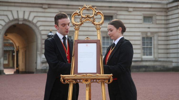 L'acte de naissance du fils de Meghan Markle et du prince Harry est installé dans la cour du palais de Buckingham, à Londres, le 6 mai 2019. (REUTERS)