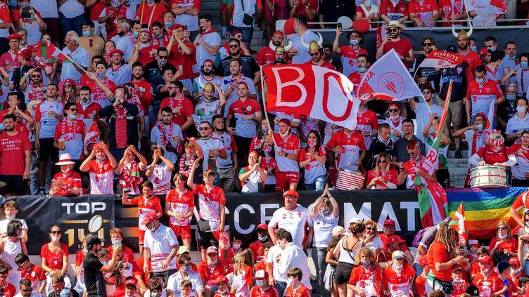 Des supporters dans les tribunes le 12 juin 2021 à Biarritz. (BERTRAND LAPEGUE / MAXPPP)