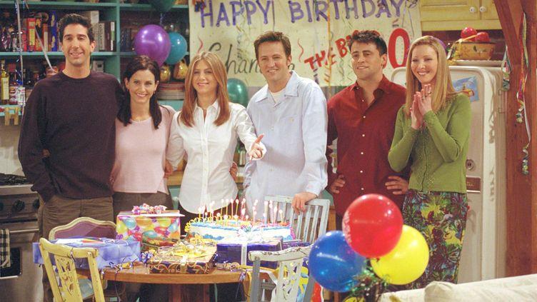 """Les six acteurs principaux de """"Friends""""lors du tournage de la série en 2001. (HULTON ARCHIVE / GETTY IMAGES)"""