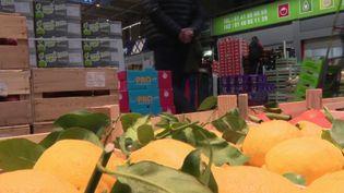 L'association Le Potager de Marianne récupère une grande partie des produits invendus du marché de Rungis. Ils sont ensuite revendus dans des épiceries solidaires en fonction du niveau de revenus des clients. (France 3)